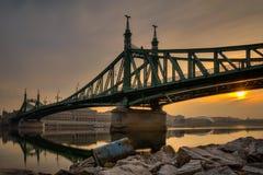 Nascer do sol em Danube River com a vista na ponte da liberdade Fotografia de Stock Royalty Free