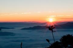 Nascer do sol em Doi Luang Chiangdao fotos de stock