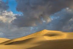 Nascer do sol em dunas de Maspalomas, Gran Canaria, Espanha Fotografia de Stock Royalty Free
