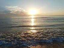 Nascer do sol em Florida, em praia e em ondas imagem de stock