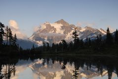 Nascer do sol em montanhas da cascata Fotografia de Stock Royalty Free