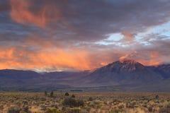 Nascer do sol em montanhas de Califórnia Foto de Stock