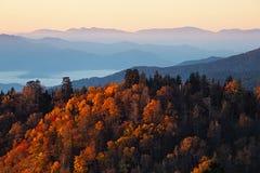 Nascer do sol em montanhas fumarentos fotos de stock royalty free