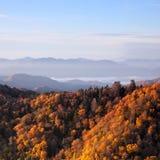 Nascer do sol em montanhas fumarentos imagens de stock royalty free
