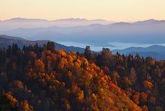 Nascer do sol em montanhas fumarentos fotos de stock