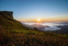 Nascer do sol em Phu Chee Fah Fotos de Stock Royalty Free