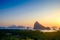 Nascer do sol em Samet Nangshe, ponto novo de opinião de Phangnga imagem de stock royalty free
