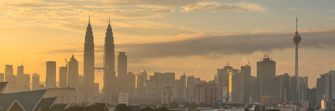 Nascer do sol em torres gêmeas e em Kuala Lumpur Tower de Petronas Fotografia de Stock
