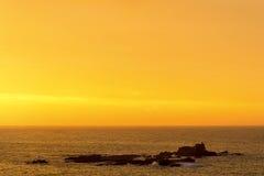 Nascer do sol em um oceano dourado Imagens de Stock Royalty Free