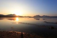Nascer do sol em um reservatório Foto de Stock