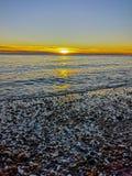 Nascer do sol em uma costa completamente das rochas imagens de stock royalty free