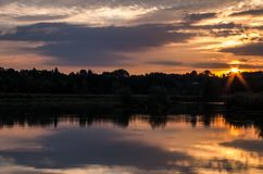 Nascer do sol em uma lagoa imagem de stock