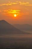 Nascer do sol em uma montanha na aurora Fotografia de Stock