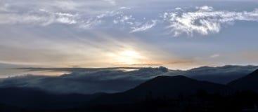 Nascer do sol em uma paisagem montanhosa Imagens de Stock