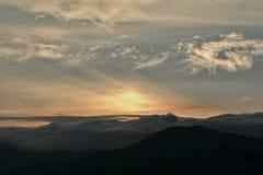Nascer do sol em uma paisagem montanhosa Imagem de Stock