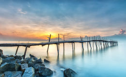 Nascer do sol em uma ponte de madeira Fotos de Stock Royalty Free