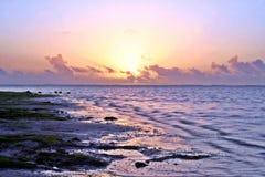 Nascer do sol em uma praia imagem de stock royalty free