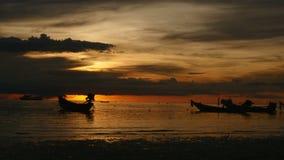 Nascer do sol em uma praia tropical silhuetas dos barcos e os povos, a areia e o mar video estoque