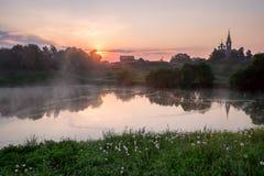 Nascer do sol em uma vila pequena do russo Foto de Stock Royalty Free