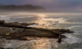 Nascer do sol enevoado com reflexões douradas imagens de stock royalty free