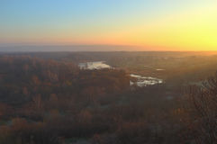 Nascer do sol enevoado sobre o rio Foto de Stock