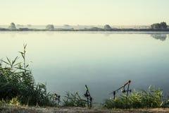 Nascer do sol enevoado sobre uma manhã do verão do lago Imagens de Stock Royalty Free