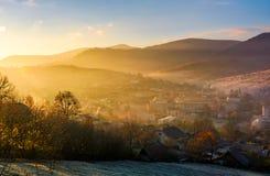 Nascer do sol espetacular no campo montanhoso fotos de stock royalty free