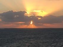 Nascer do sol estourado no mar das caraíbas Fotografia de Stock