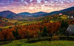 Nascer do sol excelente do outono no campo montanhoso imagens de stock royalty free