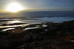 Nascer do sol fabuloso do inverno na Islândia Nascer do sol na perspectiva de montanhoso fotos de stock royalty free