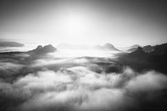 Nascer do sol fantástico na parte superior da montanha rochosa com vista no vale enevoado Rebecca 36 Foto de Stock Royalty Free