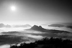 Nascer do sol fantástico na parte superior da montanha rochosa com vista no vale enevoado Rebecca 36 imagem de stock royalty free