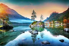 Nascer do sol fantástico do outono do lago Hintersee fotos de stock royalty free