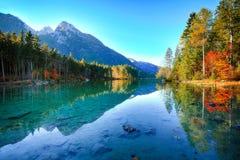 Nascer do sol fantástico do outono do lago Hintersee fotos de stock
