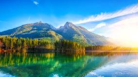 Nascer do sol fantástico do outono do lago Hintersee imagens de stock