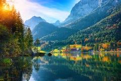 Nascer do sol fantástico do outono do lago Hintersee imagem de stock