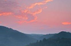 Nascer do sol fumarento da montanha foto de stock