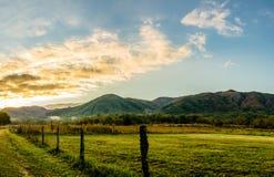 Nascer do sol fumarento da montanha ao longo da pista das faíscas, angra de Cades fotografia de stock royalty free