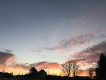 Nascer do sol impressionante com silhuetas Imagens de Stock