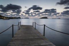 Nascer do sol impressionante do alvorecer da paisagem sobre o molhe e o MED longo da exposição Fotografia de Stock