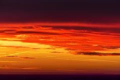 Nascer do sol impressionante e um céu colorido Fotos de Stock