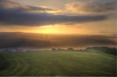 Nascer do sol impressionante sobre a paisagem dos campos Fotos de Stock Royalty Free