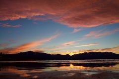 Nascer do sol impressionante sobre um lago fotografia de stock