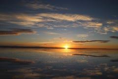 Nascer do sol incrível do espelho, Uyuni, Bolívia foto de stock