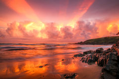 Nascer do sol incrível na praia de Moonee Foto de Stock Royalty Free
