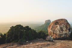 Nascer do sol incrível sobre a rocha de Sigiriya Visto uma rocha superior de Pidurangala, Sri Lanka fotos de stock royalty free