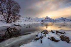 Nascer do sol do inverno com reflexão do sol na água foto de stock royalty free