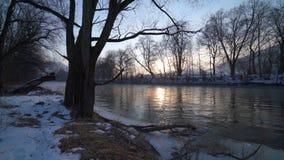 Nascer do sol do inverno no banco de rio video estoque