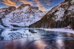 Nascer do sol do inverno sobre Lago di Braies, dolomites, Itália Fotografia de Stock
