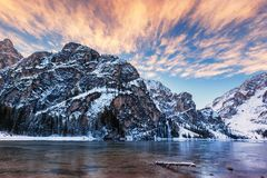 Nascer do sol do inverno sobre Lago di Braies, dolomites, Itália Imagens de Stock Royalty Free